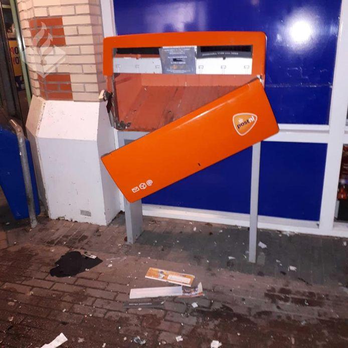 De opgeblazen brievenbus in het winkelcentrum Urkerhard.