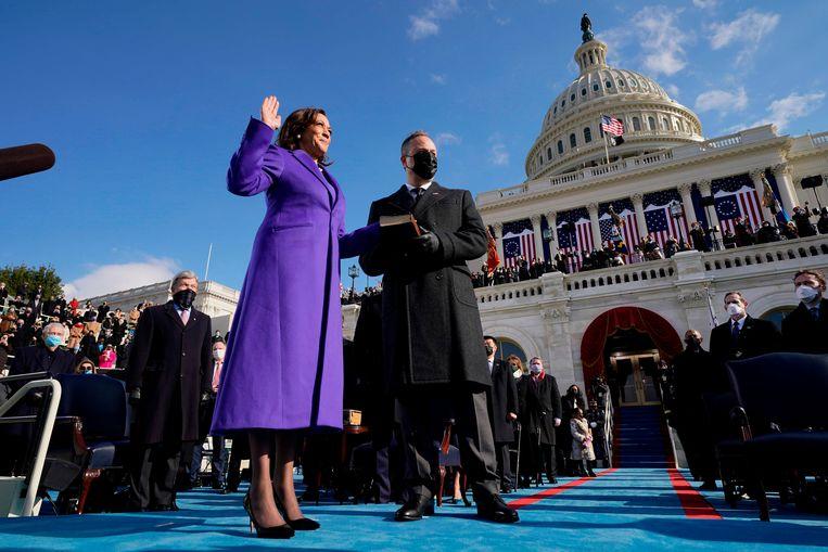 Vicepresident Kamala Harris legt de eed af. Naast haar echtgenoot Doug Emhoff. Beeld AFP