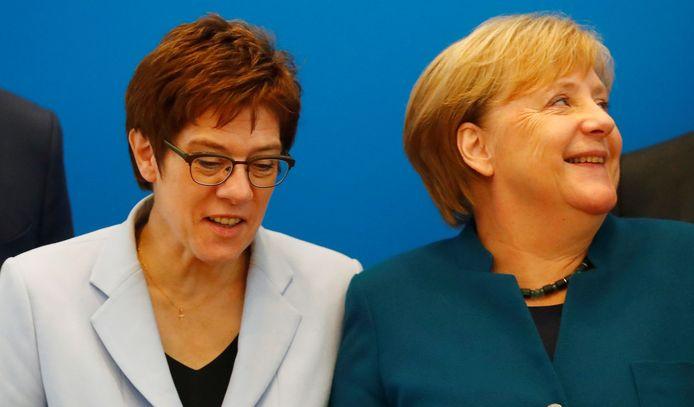Annegret Kramp-Karrenbauer (l) nam eind vorig jaar de CDU-voorzittershamer over van Angela Merkel