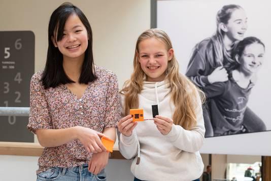 Ru Dahm (links) en Lisa Hulshof (rechts) met hun uitvinding: de slimme polsband Safe:Bit.