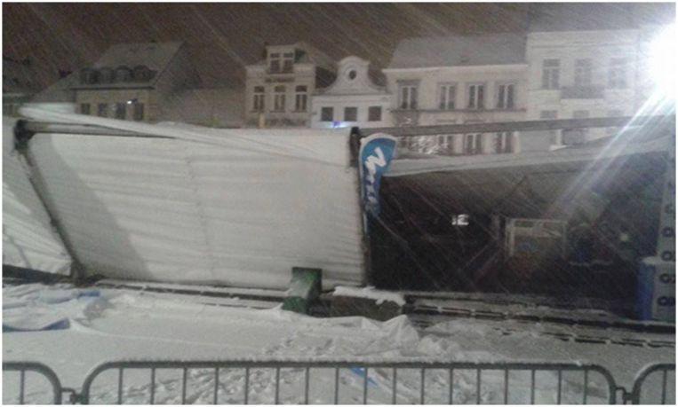 De tent op de Grote Markt in Turnhout, waar onder meer de ijsbaan en jeneverkraampjes staan, is ingestort door de sneeuw. Beeld TV