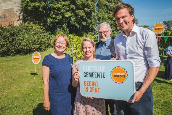 Burgemeester De Clercq en schepen Heyse met twee mensen van de Wereldwinkel.