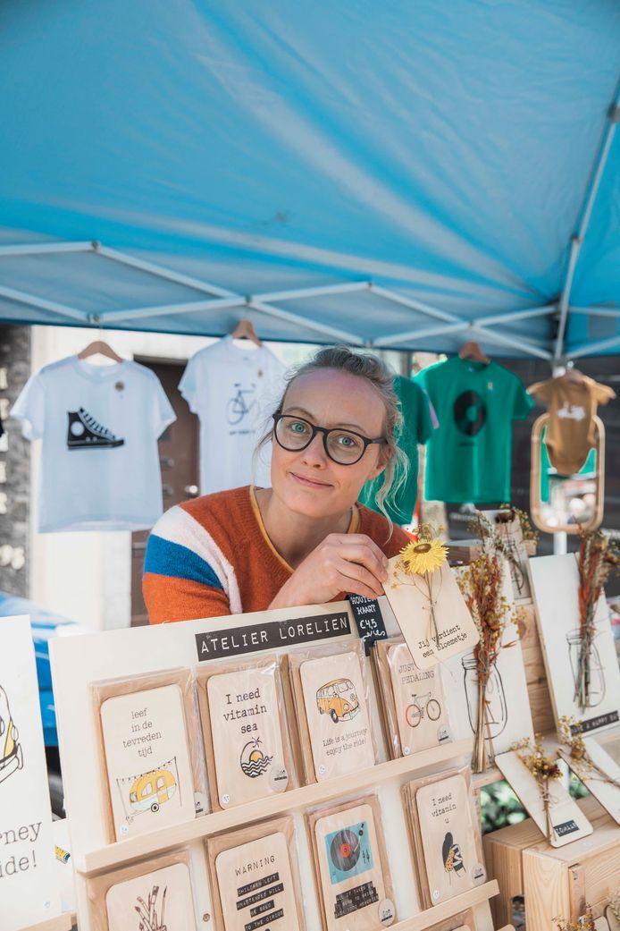 Lorelien schuimt met haar kraampje met zelfgemaakte spullen de Tongerse markten af.