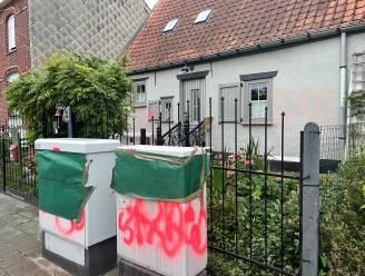 Vandalen spuiten vunzige slogans en tekeningen op woning van vijftiger in Marke