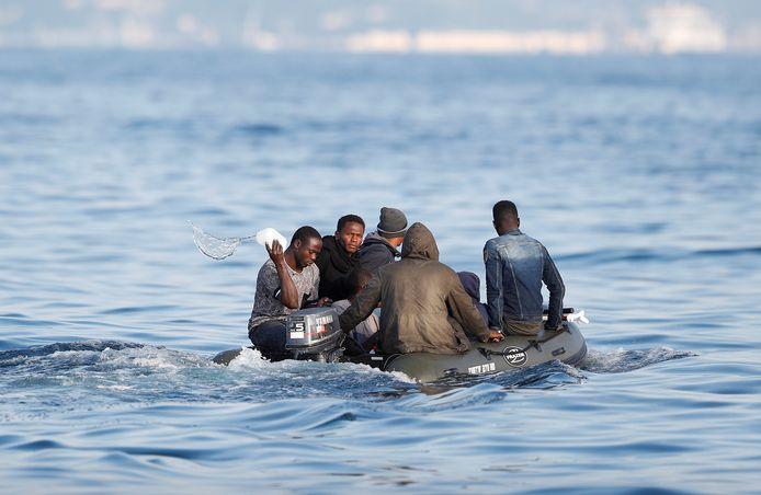 Migranten steken het Kanaal over.