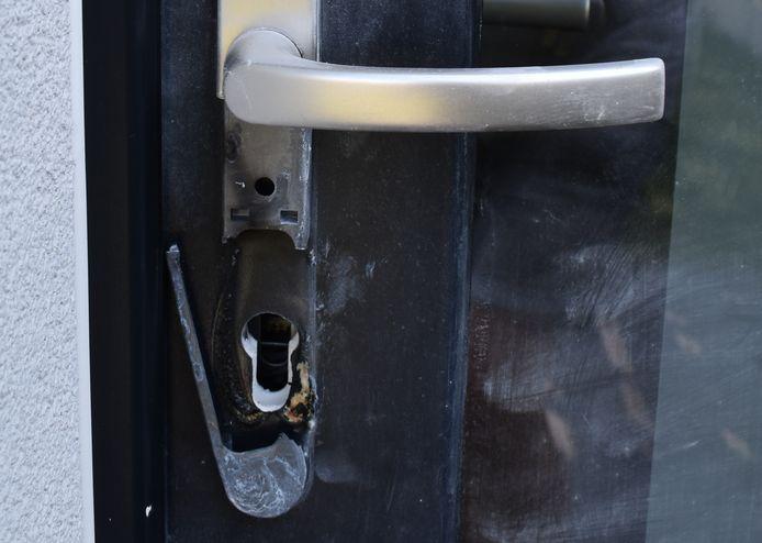 De inbrekers verhitten het slot om het eruit te trekken.
