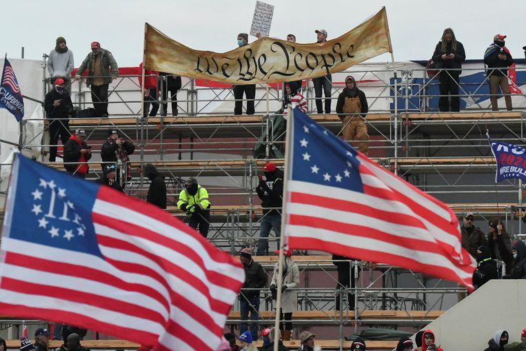 De Three Percenter-vlag van Amerikaanse gewapende rechtse milities die geweld niet schuwen.  Beeld REUTERS