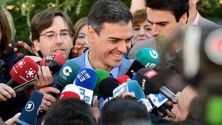 De Spaanse premier Pedro Sanchez bracht zondag zijn stem uit in Madrid. Beeld afp