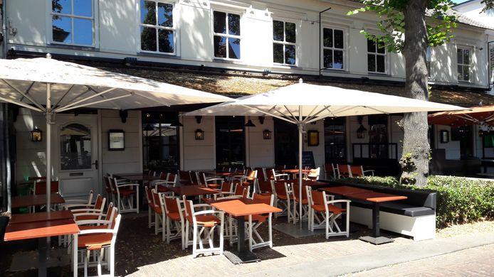 Lege terrassen op maandagmiddag bij zowel de Dorpsherberg als Seasons.