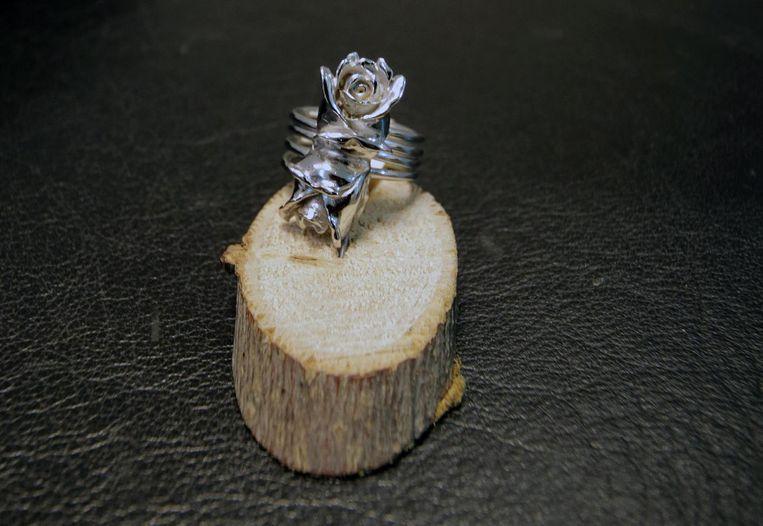 Een zilveren ring in bloemmotief. Romantisch en ideaal voor een vrouw. Kost 200 euro.