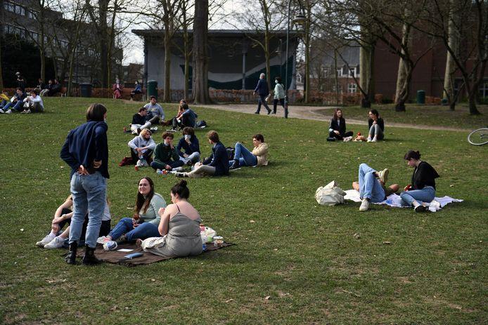 Veel jongeren zoeken de zon op in het stadspark van Leuven