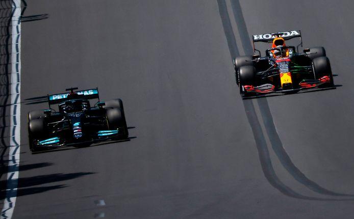 Lewis Hamilton (l) en Max Verstappen tijdens de training in Bakoe.