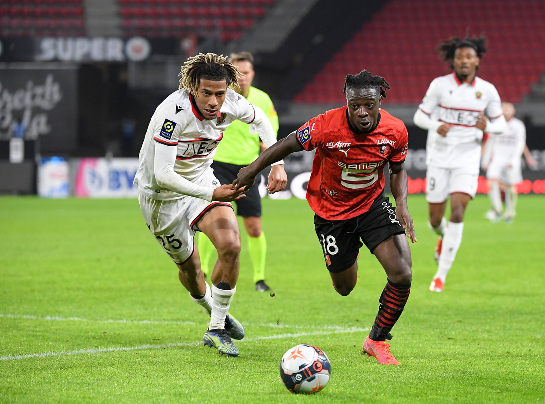Jérémy Doku (Rennes) in sprintduel met Jean-Clair Todibo (Nice). Beeld Photo News