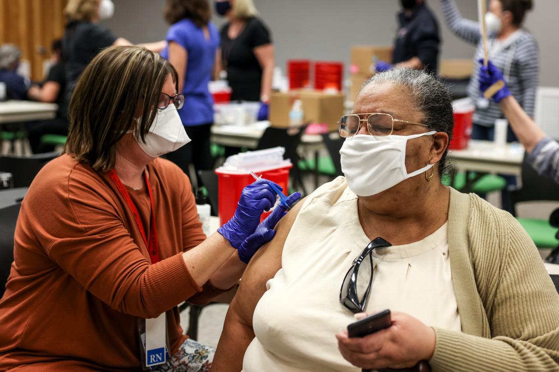 De eerste Janssen-vaccins worden zaterdag toegediend in Thornton, Colorado in de VS.  Beeld Getty
