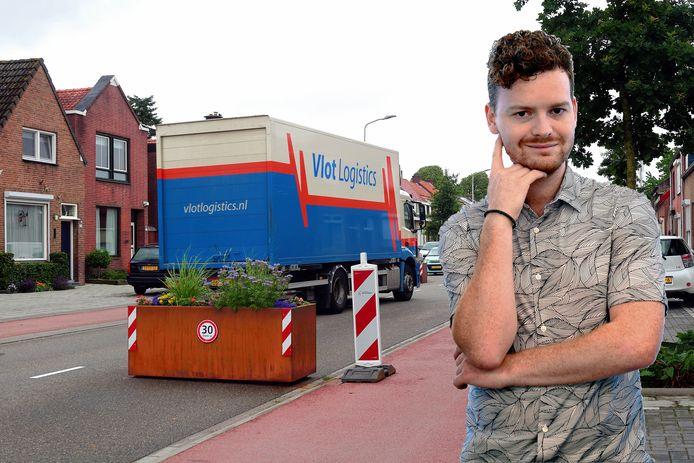 Ondanks alle maatregelen blijven er vrachtwagens door de Bredaseweg rijden. Het doet columnist Freek Verhulst aan zijn goudvissen denken