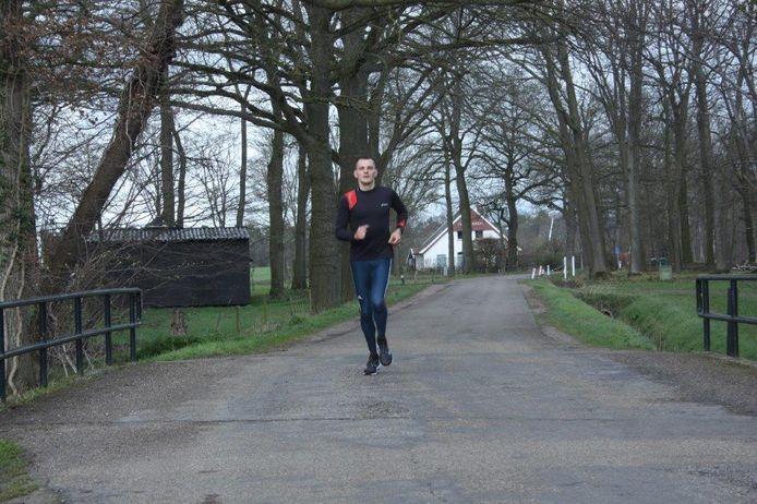 Ferdi Ubbing onderweg op een van zijn zestien rondes, waarmee hij op één dag 107 kilometer voltooide.