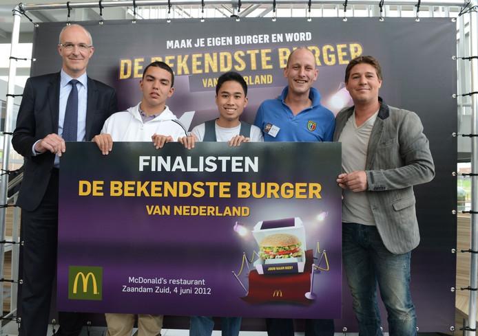 Deventenaar Roel van der Marck (tweede van rechts) is met zijn McAzurro doorgedrongen tot de finale van de 'Bekendste Burger van Nederland' van McDonald's. Rechts staat jurylid Martijn Krabbé. Links de twee andere finalisten en Jo Sempels, algemeen directeur van McDonald's Nederland en jury-voorzitter. Foto McDonald's Nederland