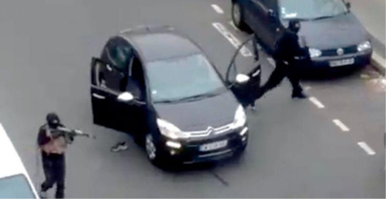Bij de aanslag op Charlie Hebdo gebruikten de terroristen kalasjnikovs uit ex-Joegoslavië, waar ze twintig jaar geleden bij het leger waren verdwenen tijdens de Balkanoorlog. Beeld