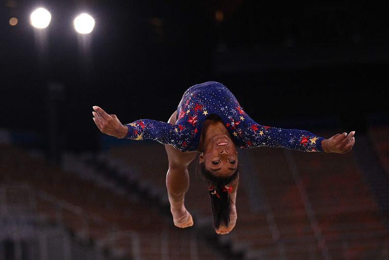 Simone Biles op de Spelen van Tokio tijdens de kwalificatie van de turnmeerkamp. Ze zou zicht later terugtrekken voor de finale. Beeld AFP