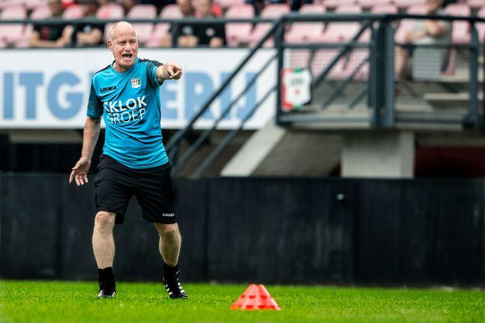 Assistent-trainer Ron de Groot wijst NEC de weg.