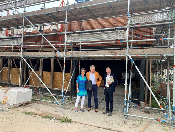 Co en Nini Gadellaa voor hun toekomstige huisartsenpraktijk in nieuwbouwproject 't Schokkererf.
