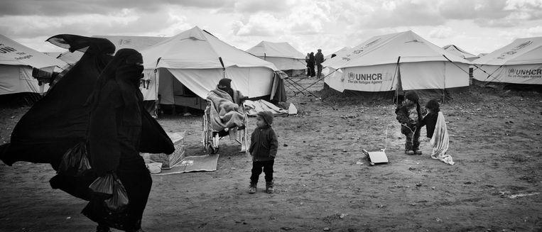 Tienduizenden IS families zijn vanuit Baghuz naar Al hol vervoerd. Het totale aantal is meer dan 70.000 IS aanhangers. Ongeveer 10.000 buitenlandse IS families leven in een afgesloten deel: De Annex. Na enige tijd hersteld de dynamiek zich en moeten IS waarden gerespecteerd worden, de hisbah (moraal politie) ziet hier op toe. Beeld Eddy van Wessel