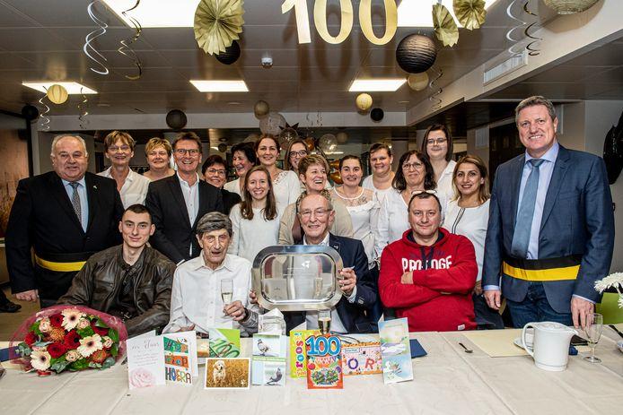 Op de foto met familie, schepenen Bart Wenes en Marc Vanwalleghem en het team van De Waterdam.