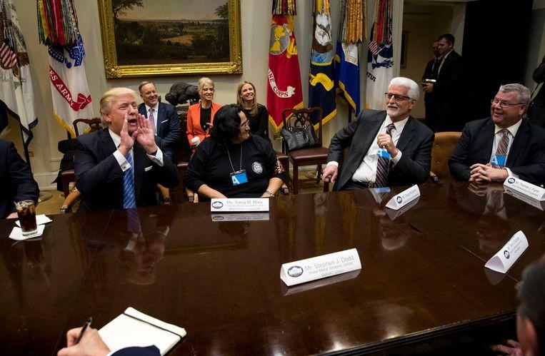 Trump roept naar een stel verslaggevers.Toen hij eraan begon hield hij zijn medewerkers voor dat ze elke dag moeten beschouwen als een aflevering van een tv-serie. Beeld PREVIEWS NY TIMES