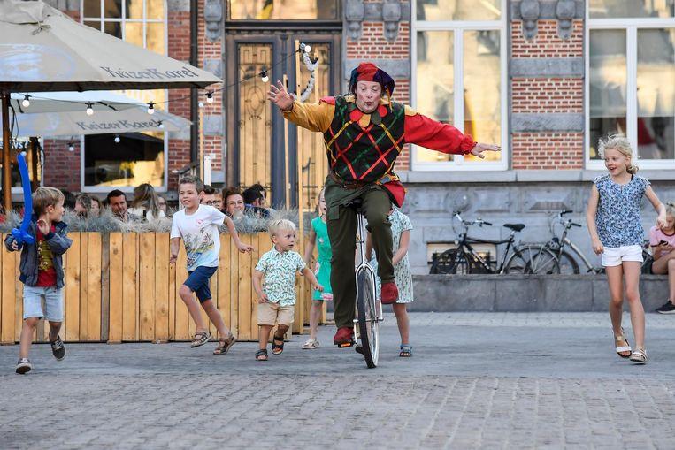 Er reed onder meer een eenwieler én er stapte een heuse circusfanfare over de Grote Markt.