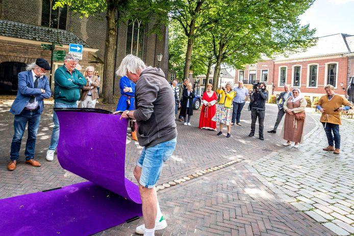 Een rij in de grond op de Markt in Vlaardingen aangebrachte houten palen stellen de vroegere omheining van de voormalige burcht van graaf Dirk III voor. Donderdag vond de onthulling plaats.