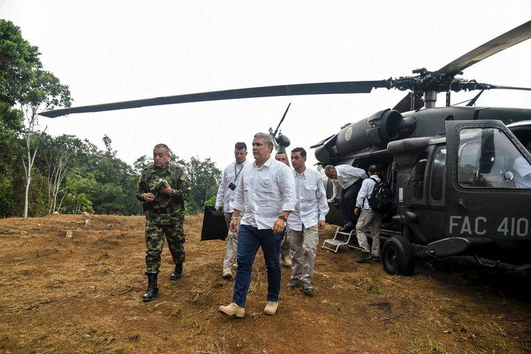 Archiefbeeld. De Colombiaanse president Ivan Duque (midden) bezoekt een cocaplantage in Catatumbo, Colombia. (09/08/2019). Beeld AFP