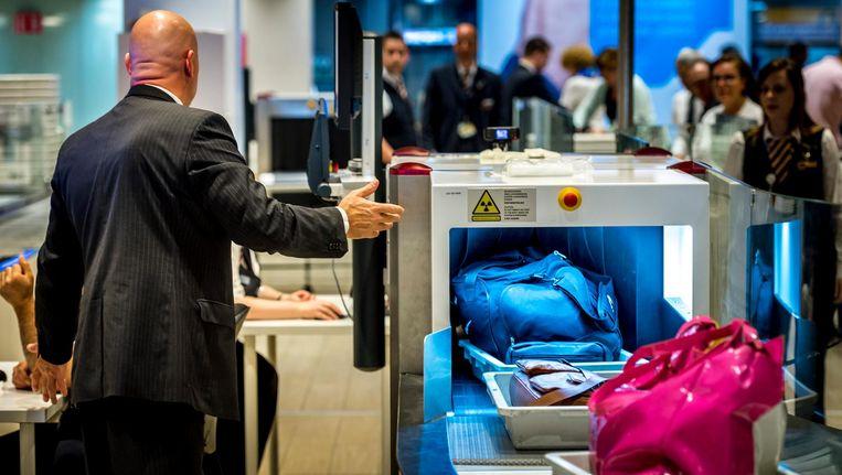 De beveiligers van G4S controleren onder meer bagage op gevaarlijke materialen. Beeld anp