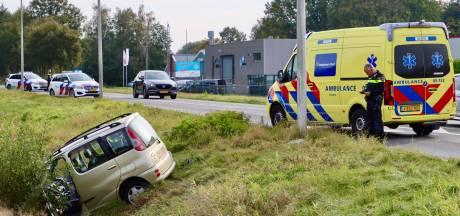 Auto in de sloot in Rossum, bestuurder naar ziekenhuis