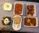 Dolmades, bougatsa en brood met fetakaas.