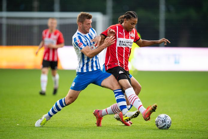 Jens van Son (l) namens FC Eindhoven eerder dit seizoen in duel met Jong PSV'er Fodé Fofana.