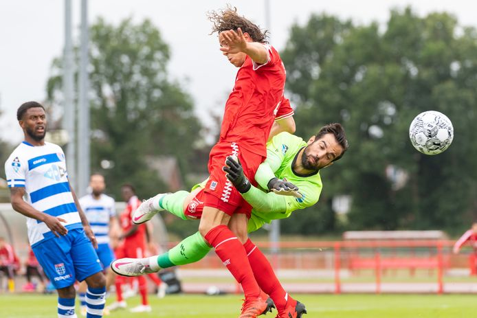 Het meest besproken moment tijdens de oefenwedstrijd tussen FC Twente en PEC Zwolle. Doelman Kostas Lamprou torpedeert Giovanni Troupée en raakt de bal niet. De goalie komt er zonder straf vanaf.