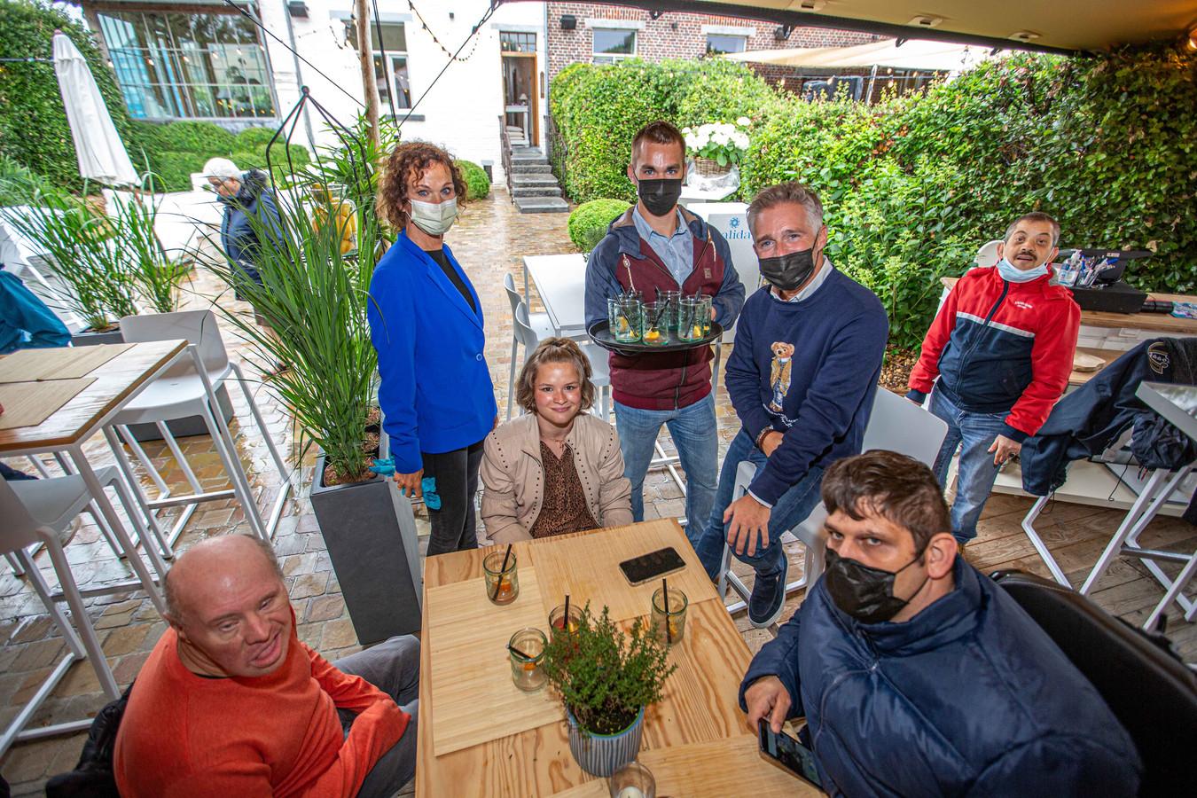 Jens Van Eesbeek (centraal) mocht als ober meedraaien in het team van Christoff die naast hem zit.