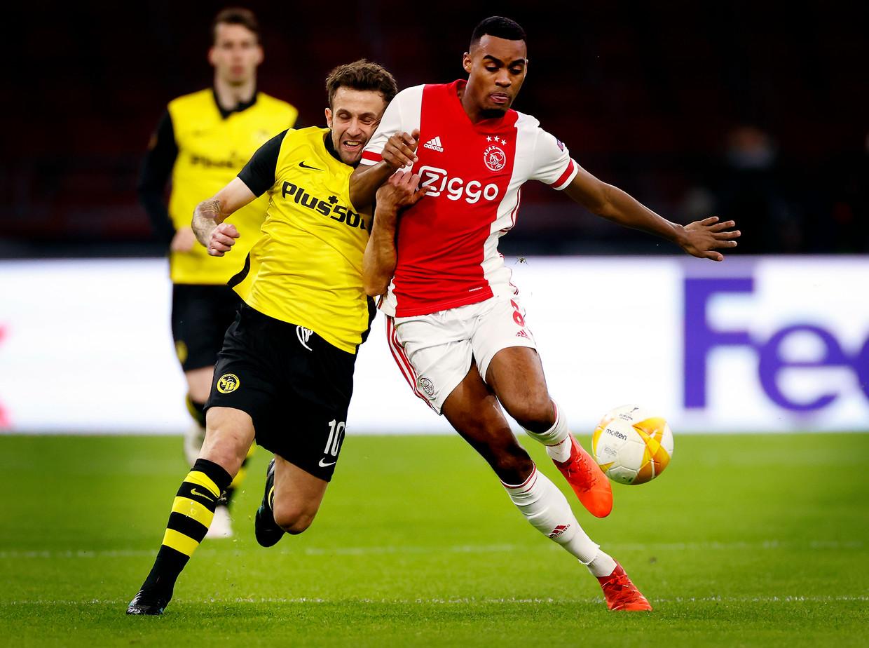 Sulejmani wordt in bedwang gehouden door Ryan Gravenberch in de eerste wedstrijd tussen Ajax en Young Boys (3-0). Beeld Pim Ras Fotografie