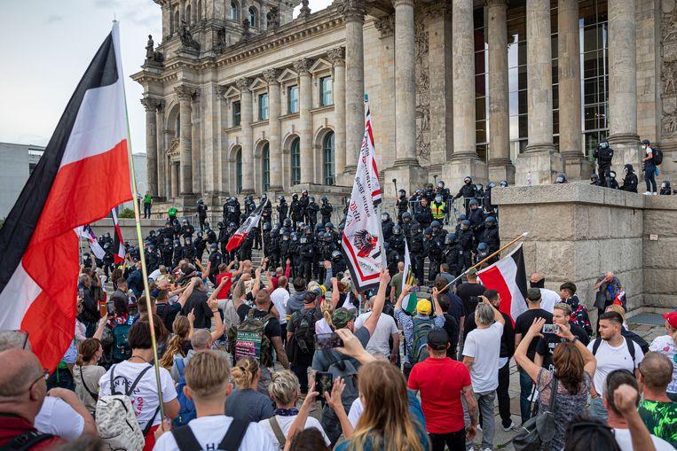 Berlijn: Demonstranten protesteren voor de Rijksdag tegen het coronabeleid van de regering-Merkel, 29 augustus 2020. Beeld NurPhoto via Getty Images