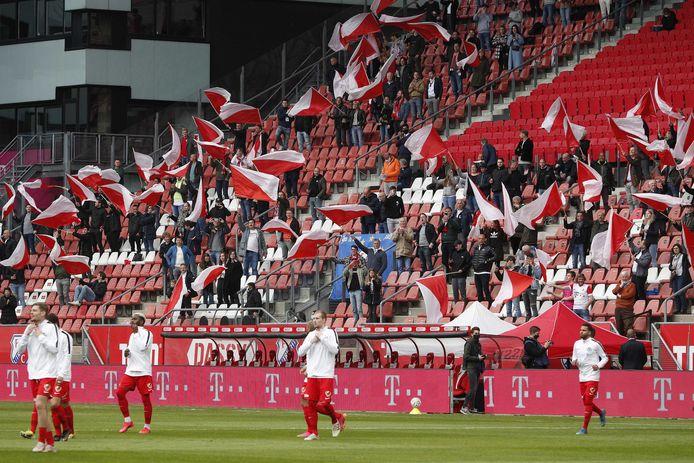 Spelers van FC Utrecht komen het veld op voorafgaande aan het recente duel met FC Groningen tijdens de play-offs.