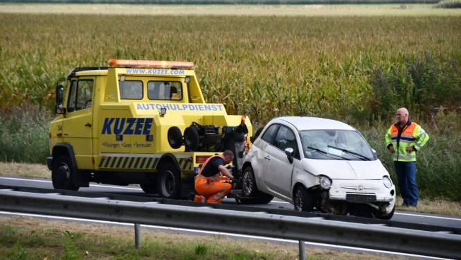 Auto raakt in de sloot bij Axel, bestuurder gewond