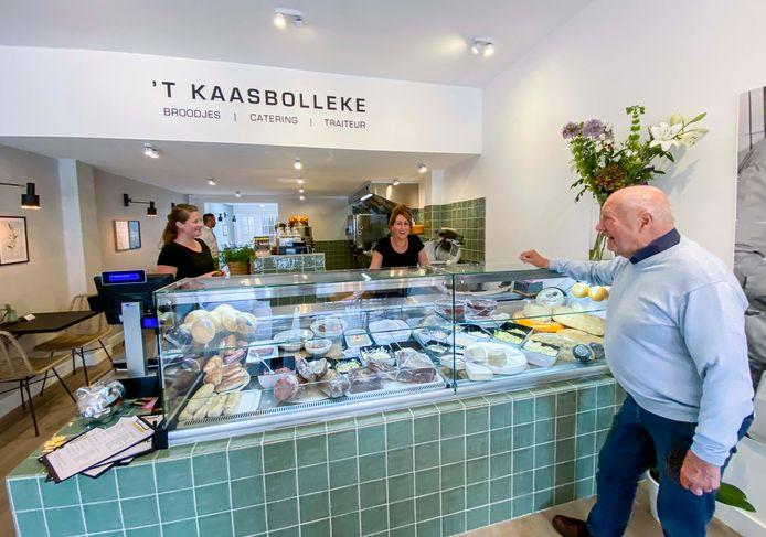 Het vernieuwde 't Kaasbolleke, met achter de toonbank eigenaar Maaike Wouters en rechtsvoor voormalig eigenaar Lou Peters.