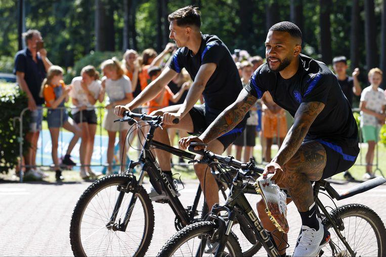 Dagelijks fietsen de spelers tussen hun afgeschermde hotel Woudschoten en het trainingsveld in Zeist, maar op rustdag woensdag niet. Op de foto Memphis Depay met achter hem Steven Berghuis.  Beeld ANP