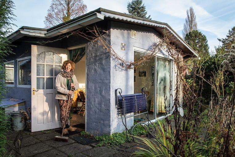 Els Jansen (68) bij haar huisje op Amstelglorie.  Beeld Dingena Mol