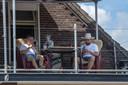Vessem ED2020-5610 *Hein* en *Niek* uit Vessem gaan 11 dagen op het dak van *café Van de Ven* zitten om geld op te halen voor een ziekte die verwant is aan ALS.