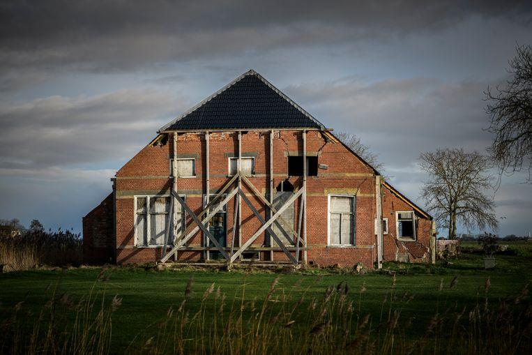 Een zwaarbeschadigde boerderij in het Groningse Winsum. Beeld Kees van de Veen / HH
