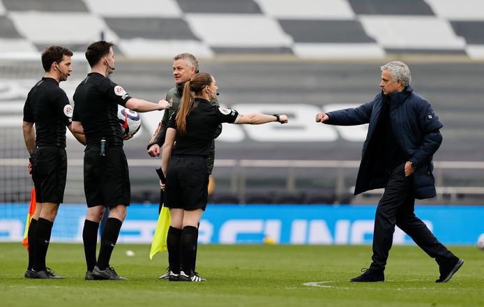 Sian Massey-Ellis met een vuistje voor Tottenham-coach José Mourinho.