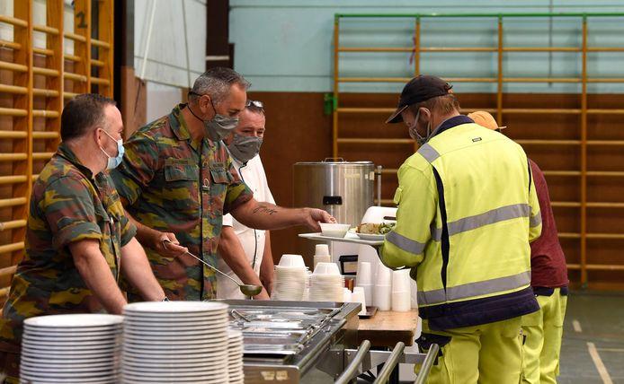 Archiefbeeld. Militairen delen warme maaltijden uit aan slachtoffers van de overstromingen in Eupen.