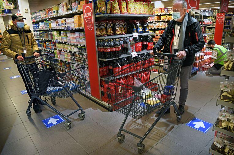 In een Veldhovense supermarkt wordt getest hoe klanten onderling afstand houden onder verschillende omstandigheden.  Beeld Marcel van den Bergh / de Volkskrant