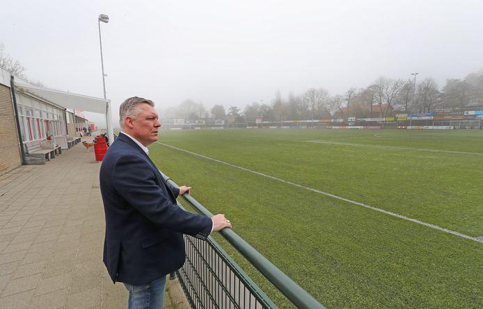 Voorzitter Edwin Boogaard van Hellevoetsluis baalt van drie weken zonder publiek en een dichte kantine. 'Alles liep net weer lekker'.